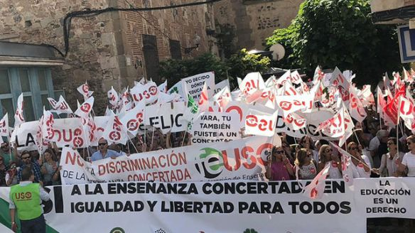 Ensenanza-concertada-manifestacion-Merida_EDIIMA20180911_0930_4